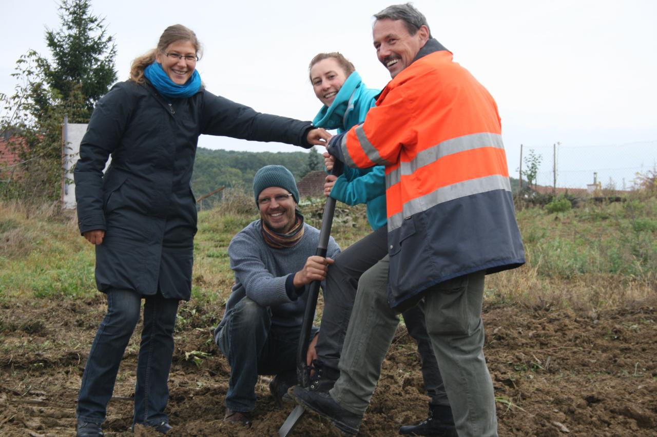 Alice, Gerhard, Anne und Helmut begrüßen die Bagger